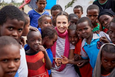 Lorraine-Keane-with-children-in-Millennium-Camp---a-camp-for-internally-displaced-people---in-Dire-Dawa,-Ethiopia_66A5308
