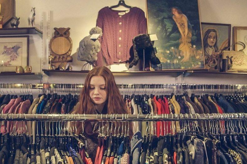 girl_vintage_shopping pixabay.com